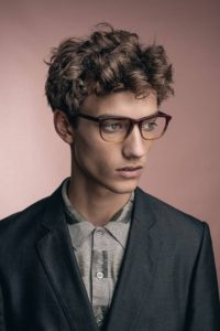 coiffure-homme-2018-cheveux-courts-boucles-lunettes